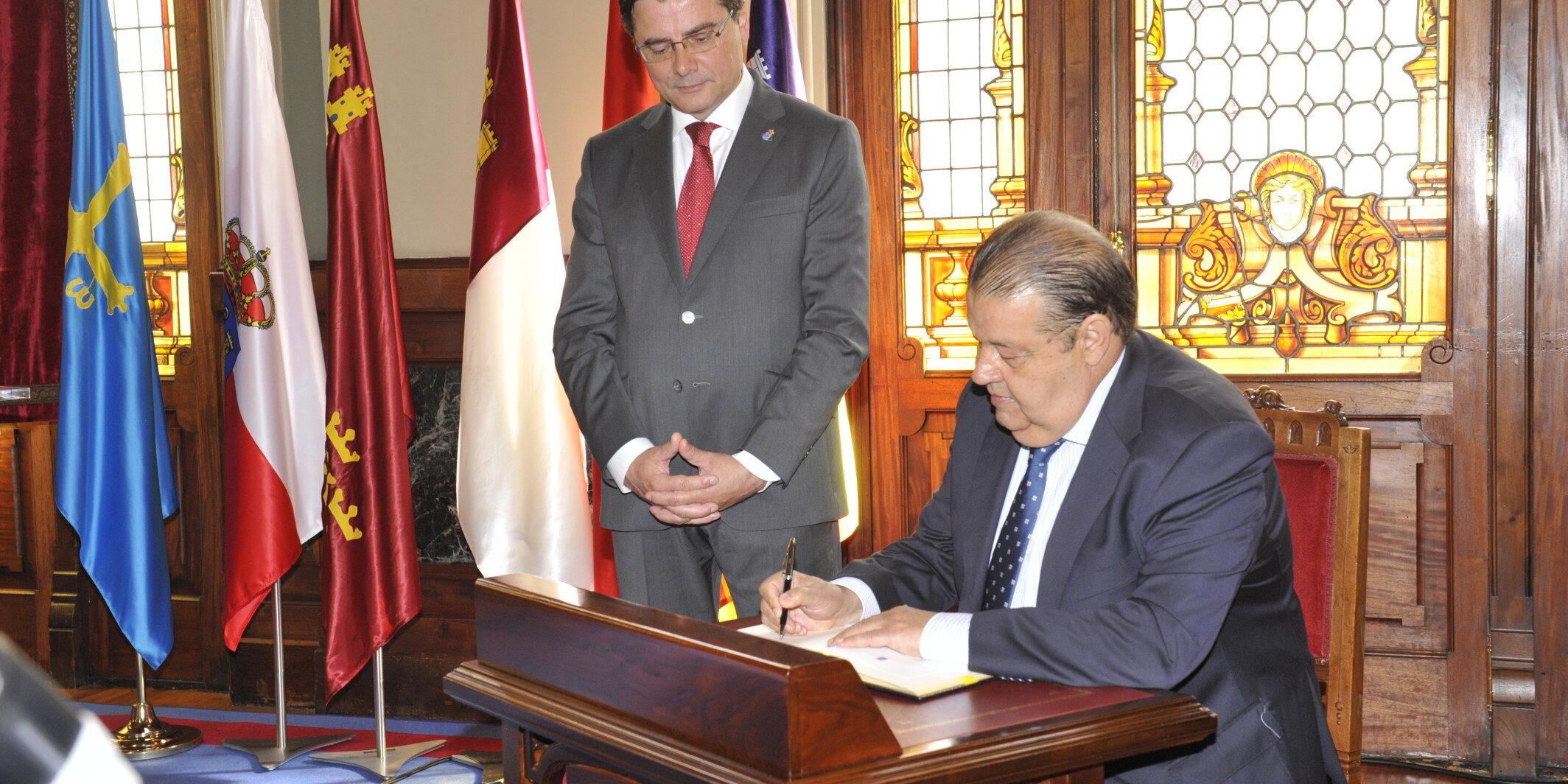 El presidente de las Cortes de Castilla-La Mancha firma en el libro de honor de la Junta General del Principado de Asturias